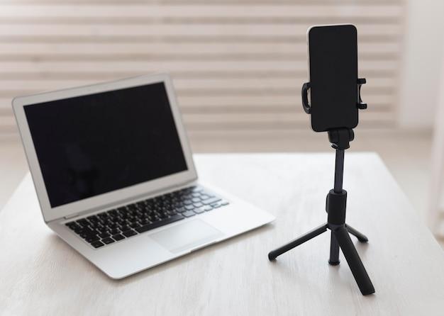 Laptop de escritório minimalista e smartphone
