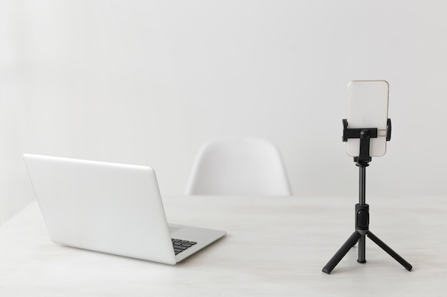 Laptop de escritório minimalista e telefone celular