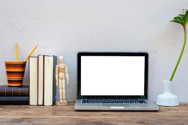 Laptop de maquete com artigos de papelaria de designer site decorativo.