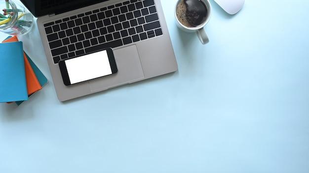 Laptop de mesa de escritório, maquete smartphone com café azul