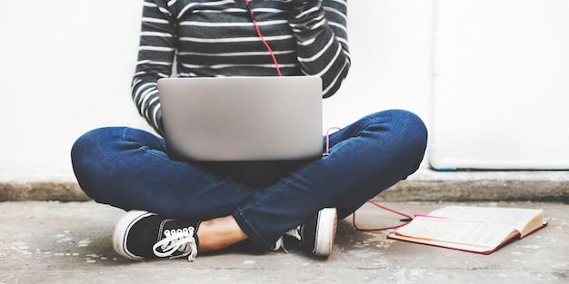 Laptop de mulher pesquisando o conceito de tecnologia de conexão de pesquisa