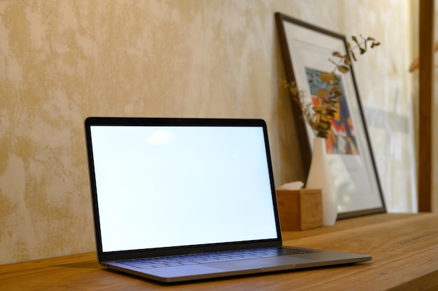Laptop de tela em branco da maquete na mesa