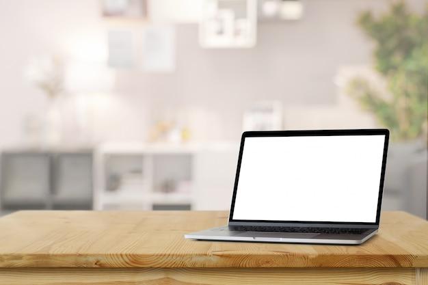Laptop de tela em branco de maquete na mesa de madeira mesa no fundo da sala de estar