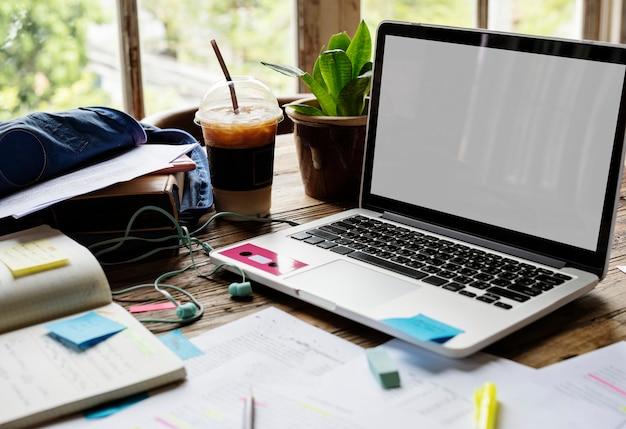 Laptop de tela em branco em uma mesa