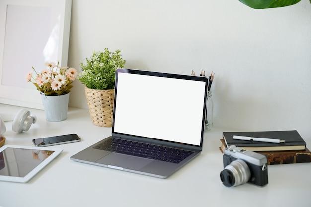 Laptop de tela em branco na mesa de mesa de trabalho branco