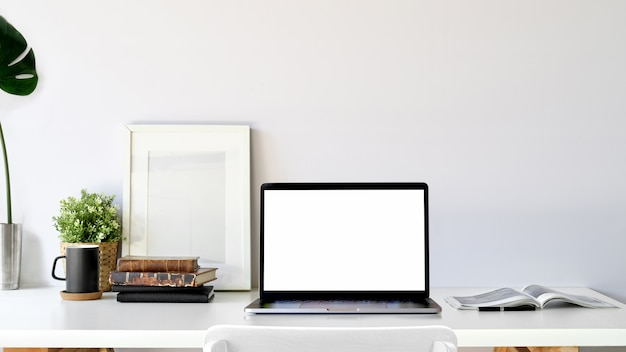 Laptop de tela em branco no estúdio loft.