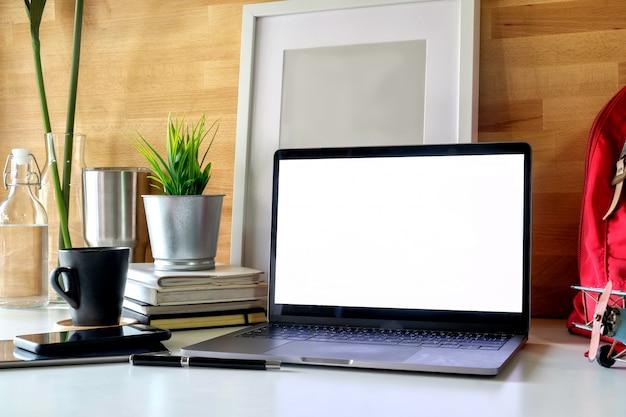 Laptop de trabalho do aluno, livros e cartaz.