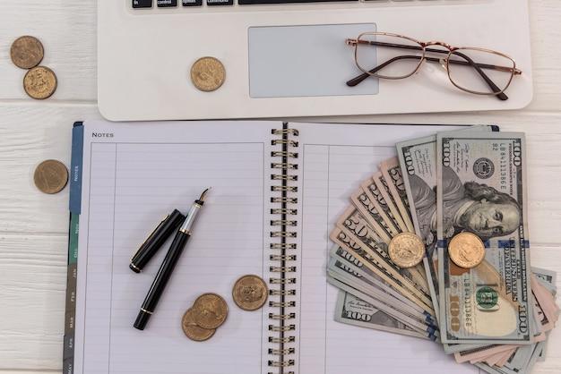 Laptop de venda online e dólar com óculos, conceito de economia Foto Premium