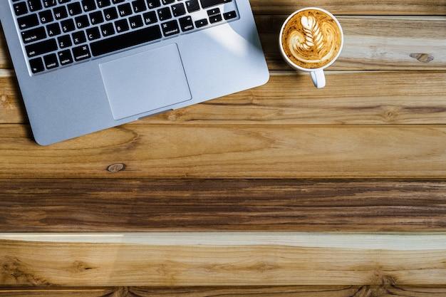 Laptop de vista superior com café
