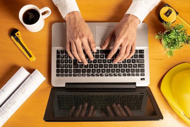 Laptop de vista superior com itens de café e artigos de papelaria