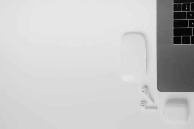 Laptop de vista superior com mouse e fones de ouvido