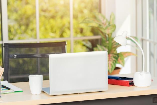 Laptop de volta colocando na mesa de trabalho