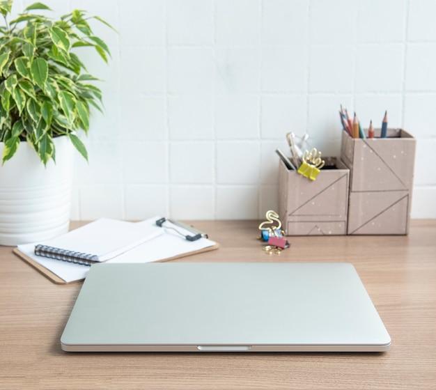 Laptop desktop de escritório com material de escritório na mesa