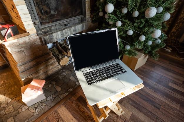 Laptop e árvore de natal em uma velha casa de madeira