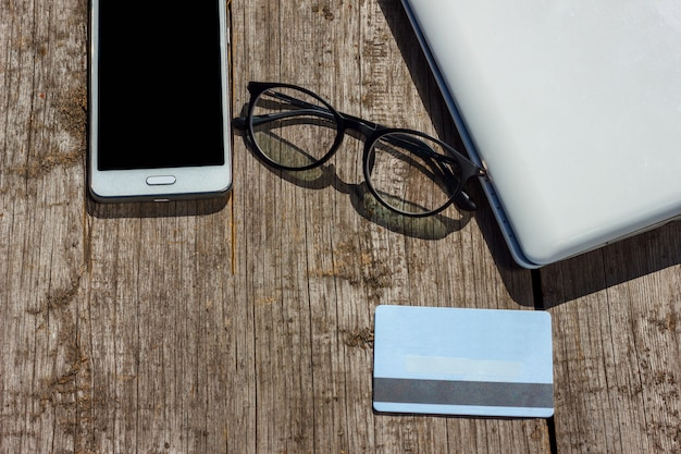 Laptop e cartão de crédito estão na mesa