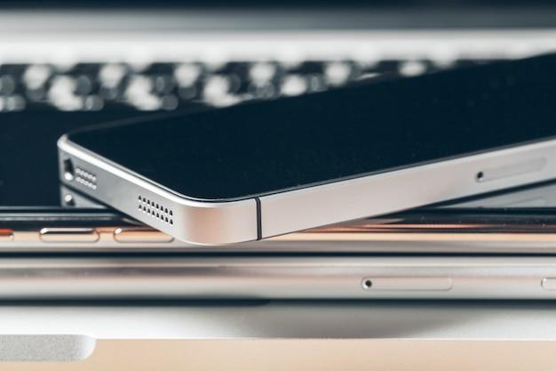 Laptop e celular em cima da mesa. conceito de espaço de trabalho.