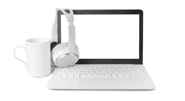 Laptop e fone de ouvido isolado no branco