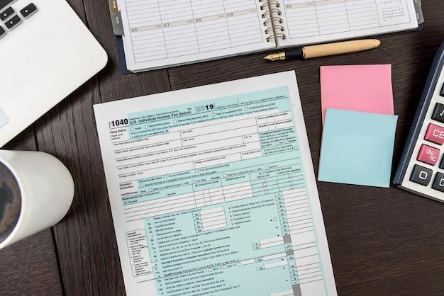 Laptop e formulário fiscal americano no escritório, contabilidade comercial