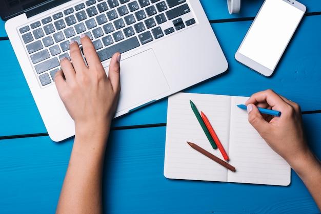 Laptop e notebook na mesa azul