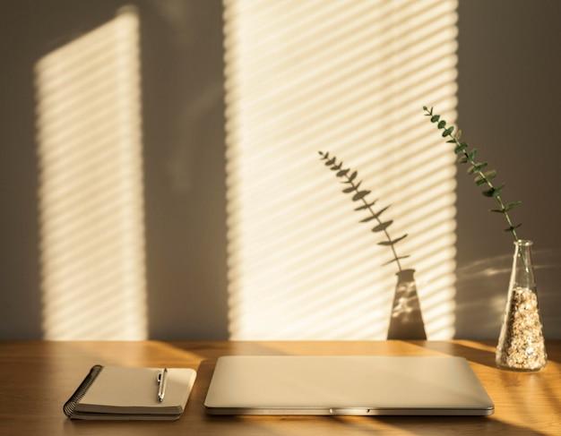 Laptop e notebook na mesa