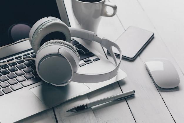 Laptop e outros eletrônicos no espaço de trabalho