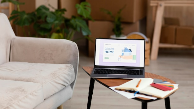 Laptop e paleta de cores com livro para reforma da casa