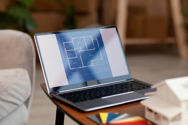 Laptop e paleta de cores para reforma residencial