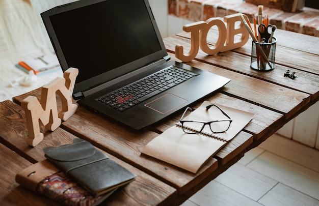 Laptop é uma mistura de material de escritório e gadgets