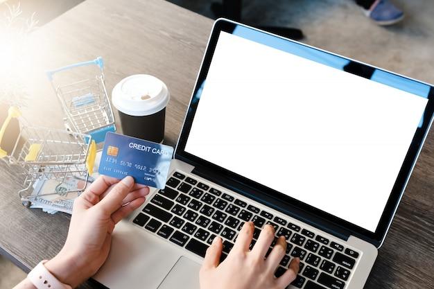 Laptop em branco com cartão de crédito