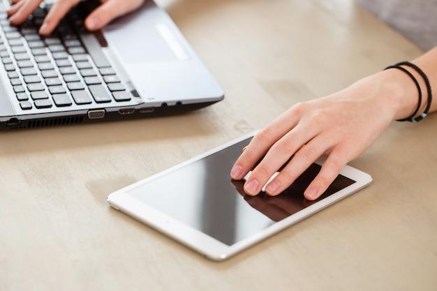 Laptop em cima da mesa