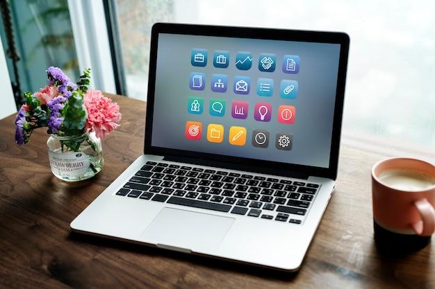 Laptop em uma mesa de madeira