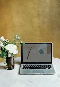 Laptop em uma mesa de mármore em um café