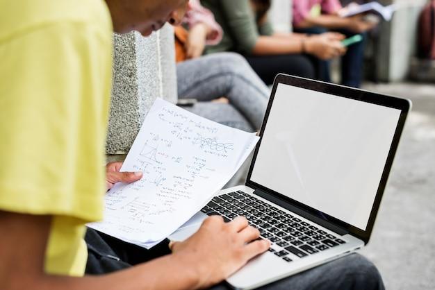 Laptop estudando o conceito de campus de pesquisa