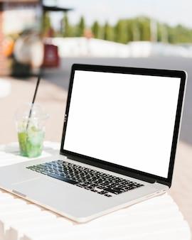 Laptop lateral com espaço da cópia