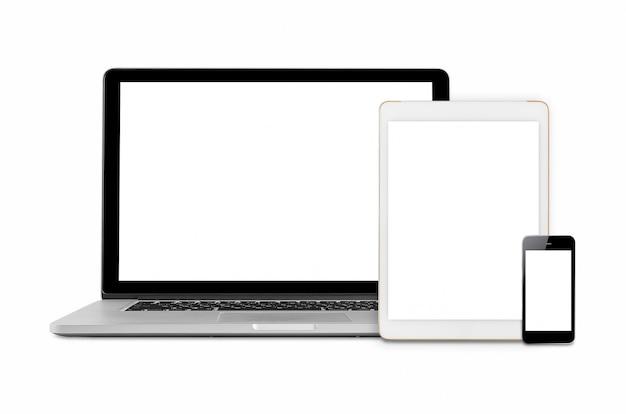 Laptop, mesa e smartphone com tela em branco.