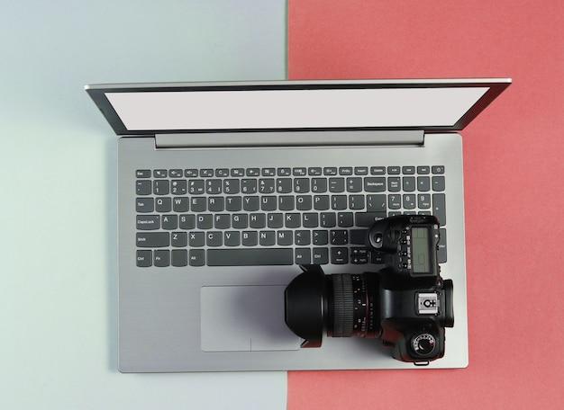Laptop moderno com câmera em papel colorido