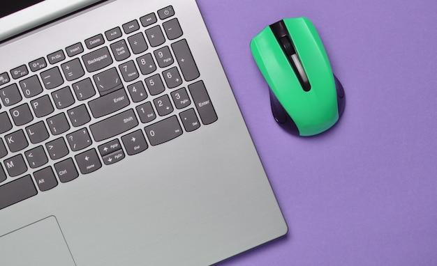 Laptop moderno com mouse sem fio