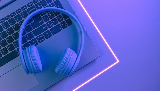 Laptop moderno, fones de ouvido sem fio