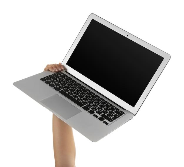 Laptop moderno nas mãos, isolado no fundo branco