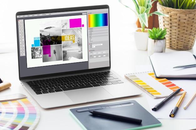 Laptop mostrando software de composição no espaço de trabalho do designer gráfico