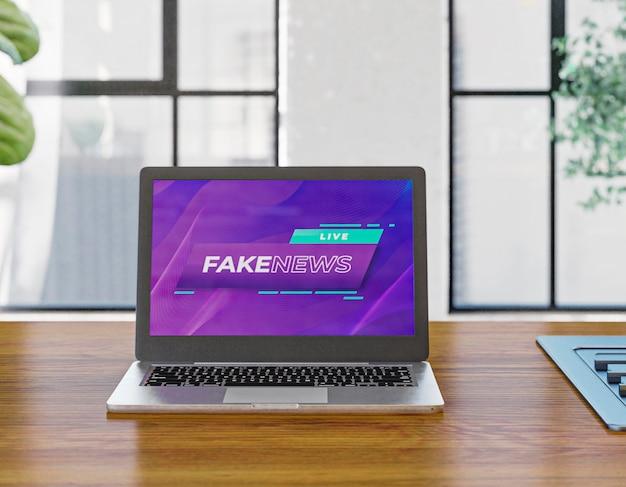 Laptop na mesa com notícias falsas