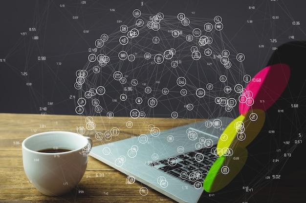 Laptop na mesa de madeira com diagrama de mídia social
