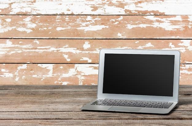 Laptop na mesa de madeira