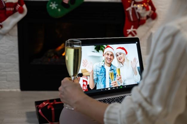 Laptop na mesa de natal. videochamada com a família em tempos de coronavírus.