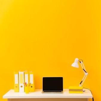 Laptop na vista frontal da mesa Foto Premium