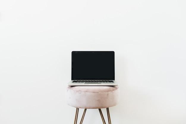 Laptop no banquinho. copiar modelo de maquete de espaço em branco