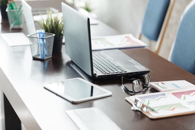 Laptop no escritório moderno