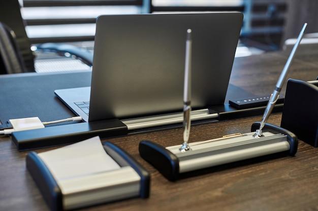 Laptop no local de trabalho do escritório. local de trabalho comercial para chefe, chefe ou outros funcionários. caderno na mesa de trabalho.