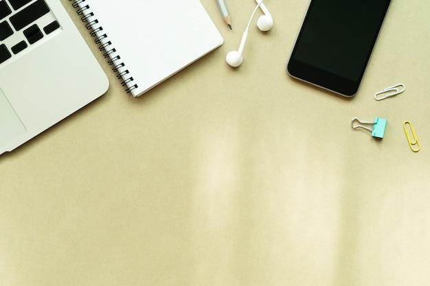 Laptop, notebook, celular e acessórios na mesa