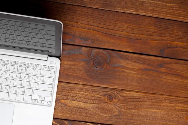 Laptop, notebook na mesa de madeira de trabalho